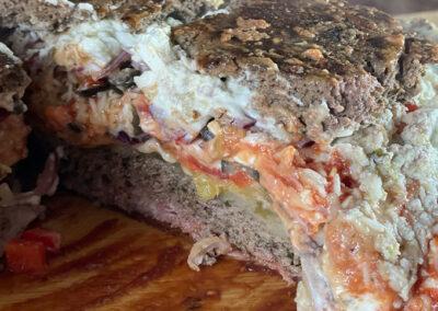 griechische Bacon Bomb aus dem Dutch Oven – mehr Grieche aus dem Dutch Oven geht nicht