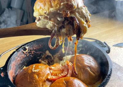 Cheeseburger Auflauf aus dem Dutch Oven – saftiger gehts nicht